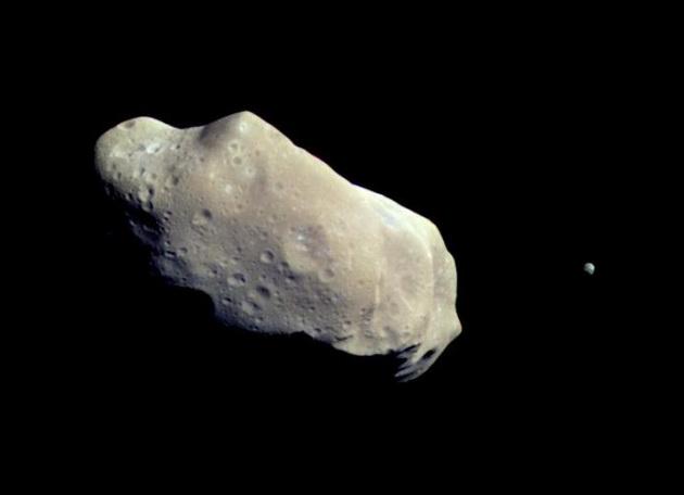 L'asteroide 243 Ida, fotografato nel 1993 dalla sonda Galileo, da 10.500 km di distanza.