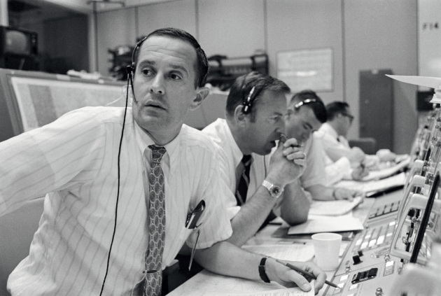 Al centro di controllo di Houston: gli astronauti Charles Duke, James Lovell e Fred Haise in contatto con i colleghi durante le operazioni di allunaggio.|NASA