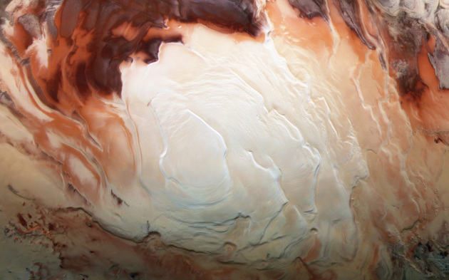 Il polo sud di Marte fotografato dalla sonda Mars Express Orbiter: la regione bianca è la calotta di ghiaccio d'acqua e anidride carbonica, di circa 3 km di spessore per 350 km di diametro. I dati radar della sonda hanno rivelato, senza possibilità di errore, una vasta distesa di acqua liquida in profondità.|ESA / DLR / FU Berlin / Bill Dunford