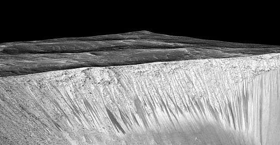 Un cratere marziano, con i canali che potrebbero essere stati scavati un tempo dall'acqua